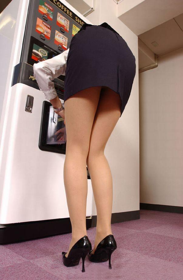 【着尻エロ画像】商品取り出しの瞬間がみどころw自販機使用する女のムッチリ着尻www 06