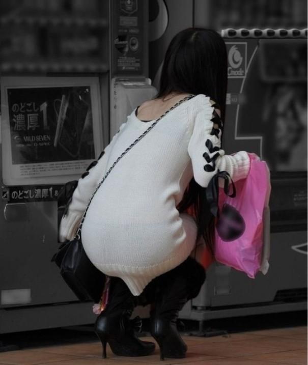 【着尻エロ画像】商品取り出しの瞬間がみどころw自販機使用する女のムッチリ着尻www 10