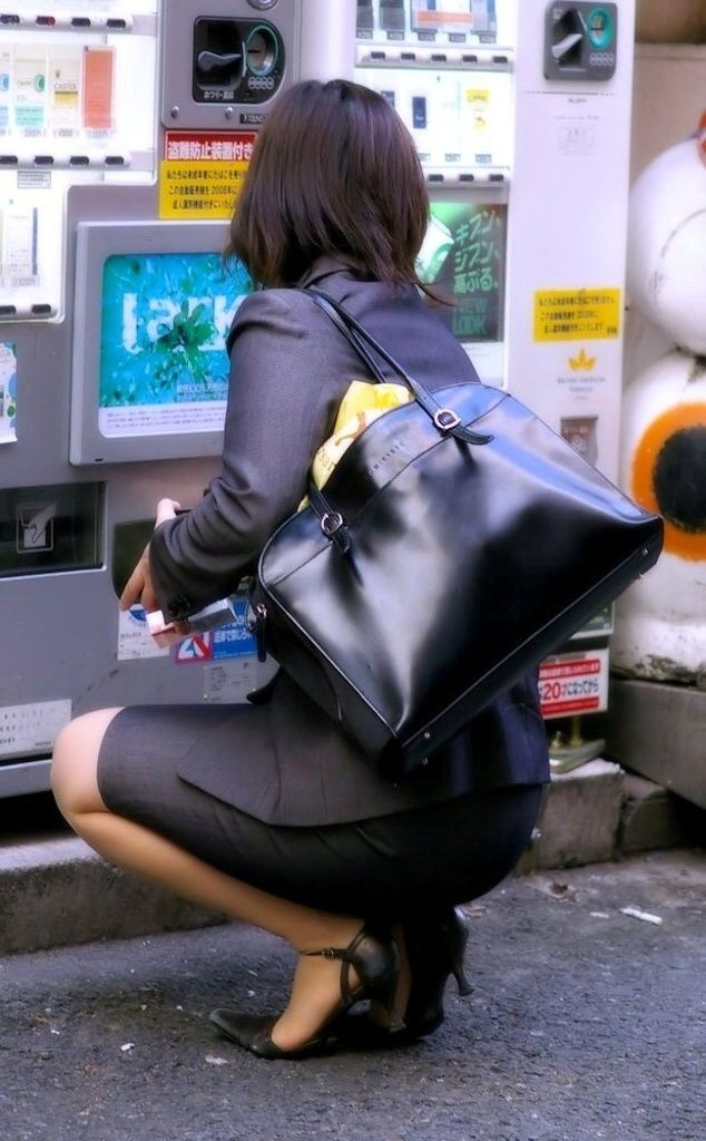 【着尻エロ画像】商品取り出しの瞬間がみどころw自販機使用する女のムッチリ着尻www 12