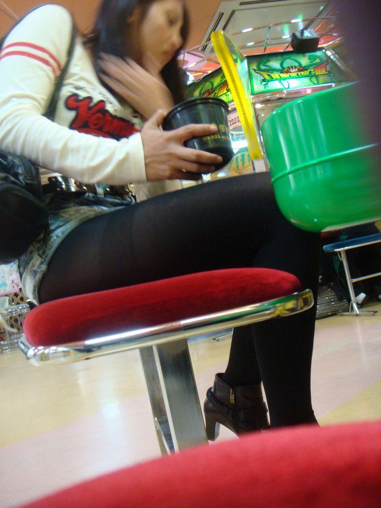 【パンチラエロ画像】ご遊戯中は足下がお留守なゲーセン客のパンチラ激写www 04