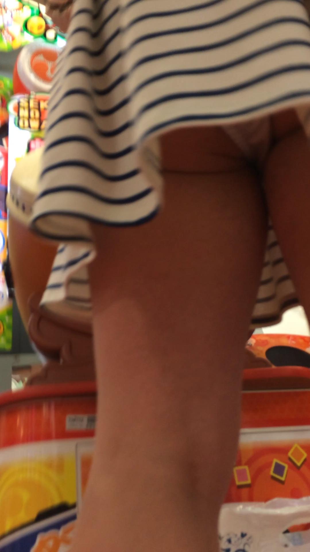 【パンチラエロ画像】ご遊戯中は足下がお留守なゲーセン客のパンチラ激写www 13