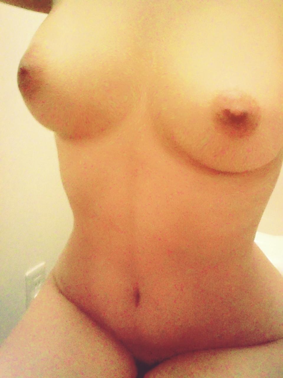 【自撮りエロ画像】この乳誰の?匿名性がより興奮を誘う女神のおっぱいwww 12