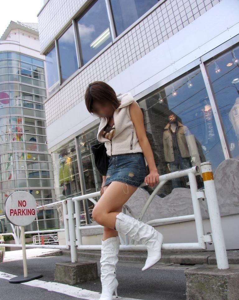 【ミニスカエロ画像】まだショーパンには負けてない!履けばチラ確なデニミニ女子www 03