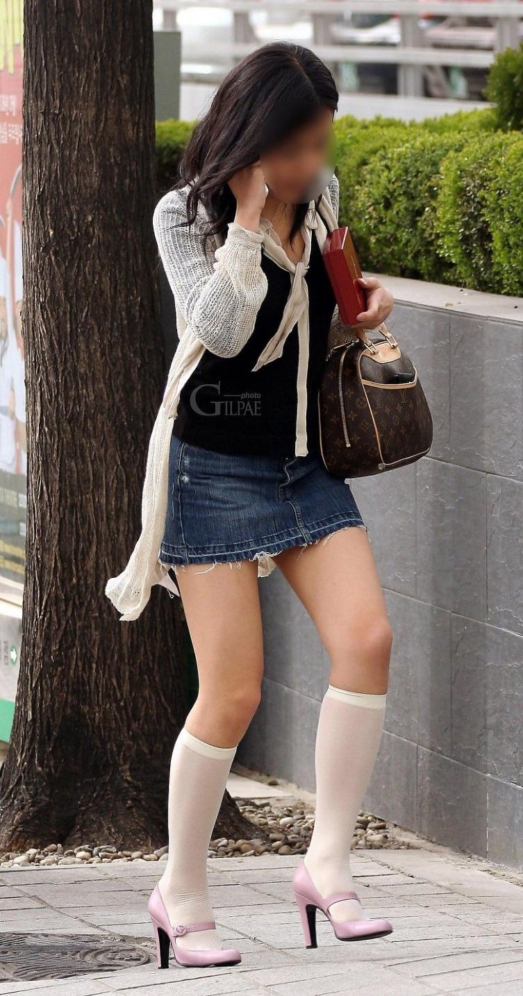 【ミニスカエロ画像】まだショーパンには負けてない!履けばチラ確なデニミニ女子www 04