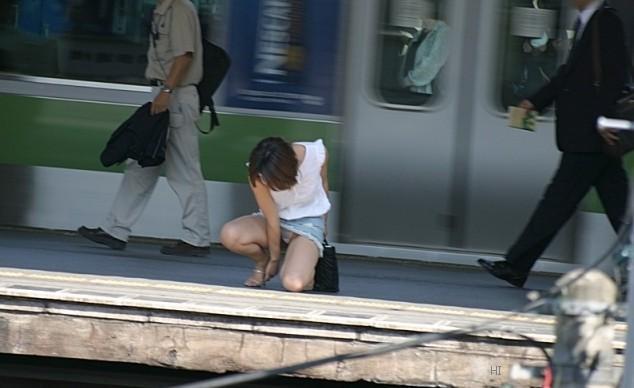 【ミニスカエロ画像】まだショーパンには負けてない!履けばチラ確なデニミニ女子www 05