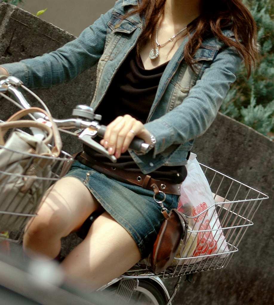 【ミニスカエロ画像】まだショーパンには負けてない!履けばチラ確なデニミニ女子www 10