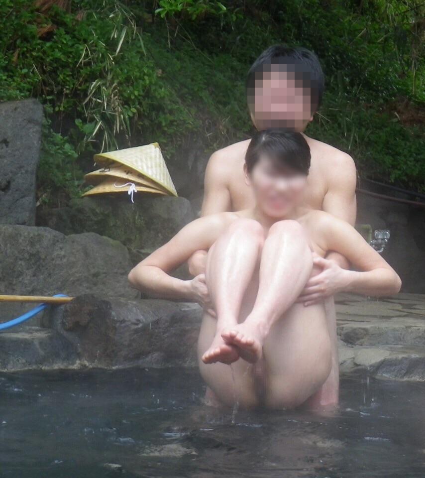 【露出エロ画像】貸し切り状態ならカメラ持ち込んで露天風呂で裸体撮り決行! 03