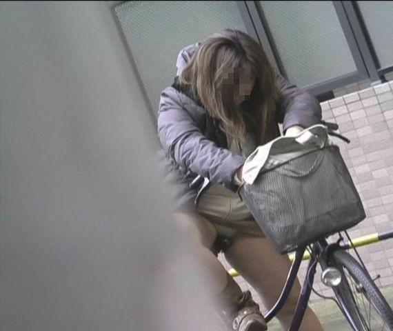【パンチラエロ画像】見える地点は事前に把握w自転車ミニスカパンチラwww 01