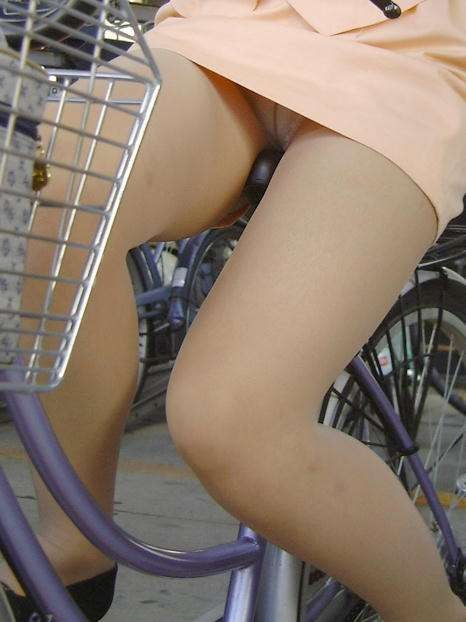 【パンチラエロ画像】見える地点は事前に把握w自転車ミニスカパンチラwww 02