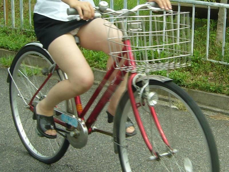 【パンチラエロ画像】見える地点は事前に把握w自転車ミニスカパンチラwww 04