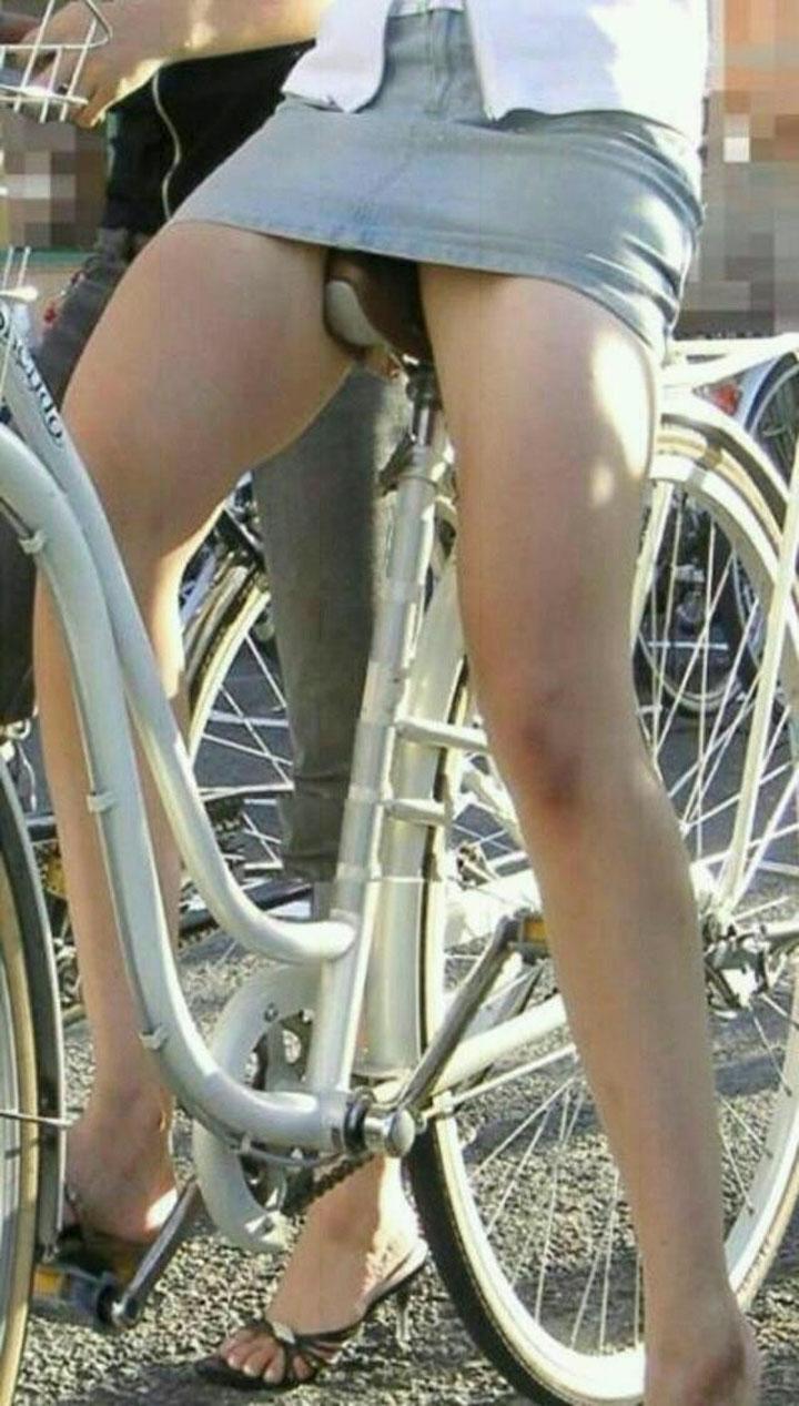 【パンチラエロ画像】見える地点は事前に把握w自転車ミニスカパンチラwww 08