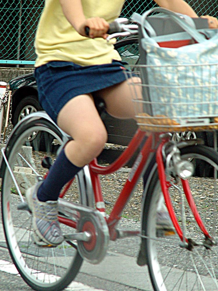 【パンチラエロ画像】見える地点は事前に把握w自転車ミニスカパンチラwww 15