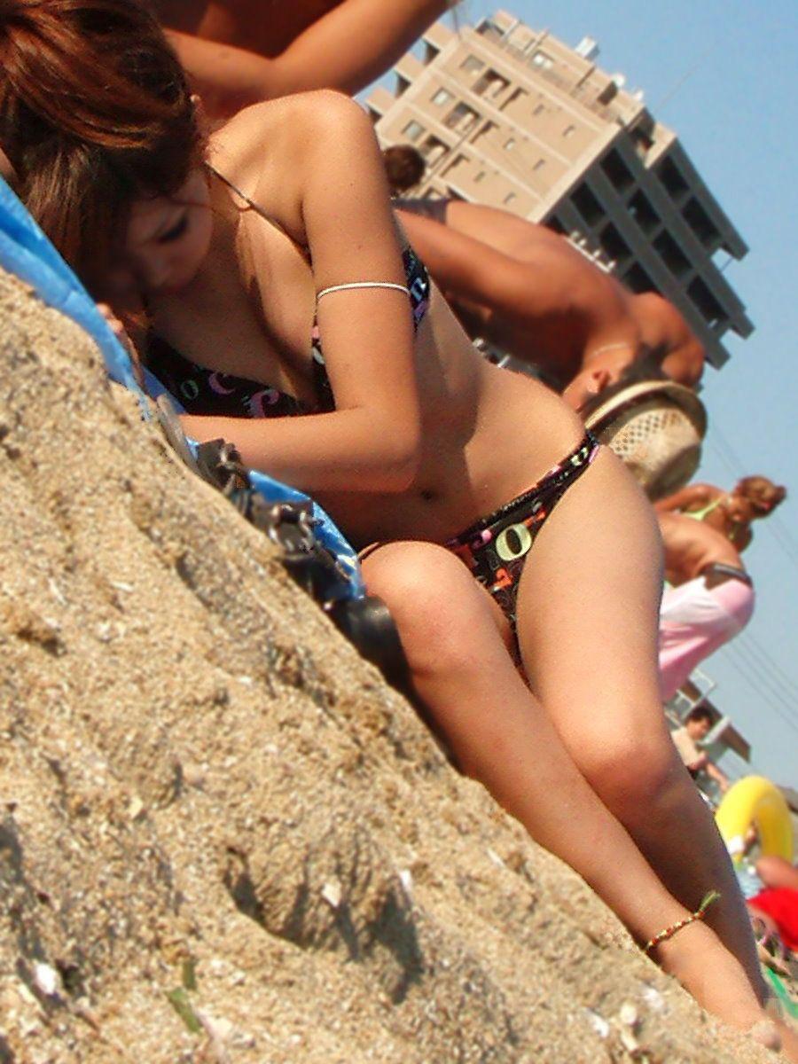 【水着エロ画像】零れ落ちなきゃナンパもアリ…欲を誘うたわわなビキニ乳www 09