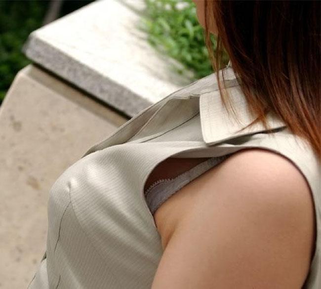 【ブラチラエロ画像】漏れなく乳房とセットでw胸元からブラジャーもチラリwww 04