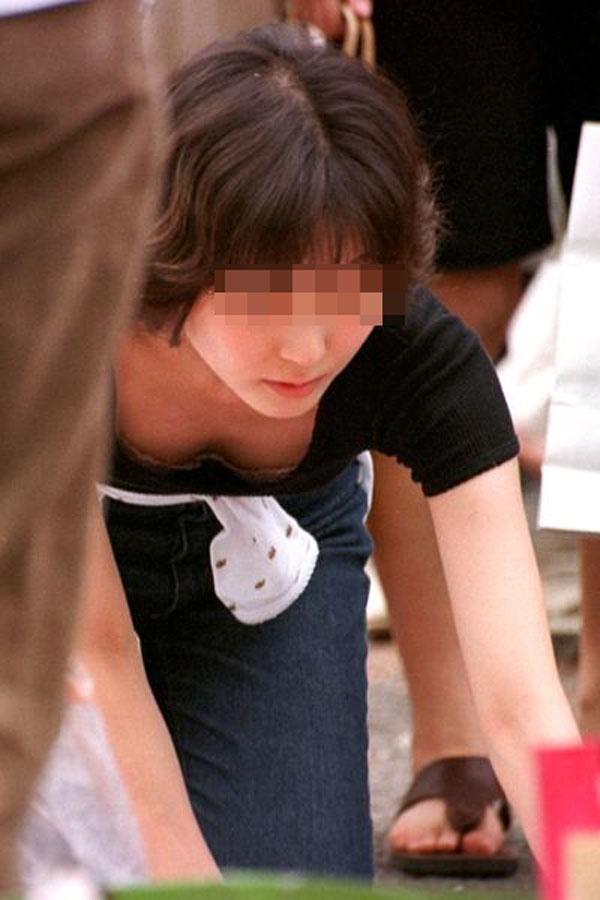 【ブラチラエロ画像】漏れなく乳房とセットでw胸元からブラジャーもチラリwww 07
