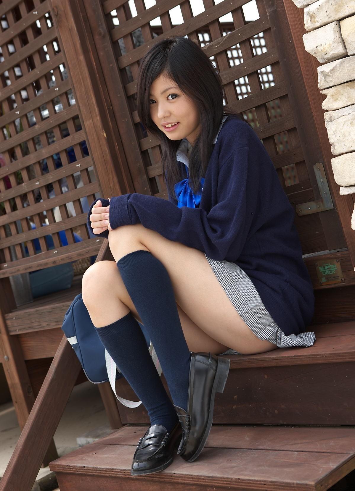 【制服エロ画像】まさか履いてない!?Tでも問題ありきな制服娘の横尻出しwww 11