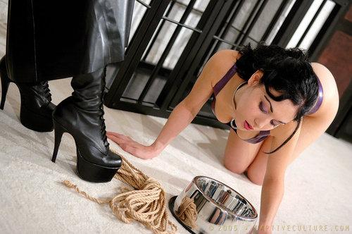 【調教エロ画像】ペットと化した全裸の美女が首輪と餌付けで躾けられ中www 03