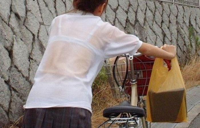 【エロ画像】シャツが雨とかでびしょ濡れんなって透けてるブラジャーがエロ過ぎるんるん♪w